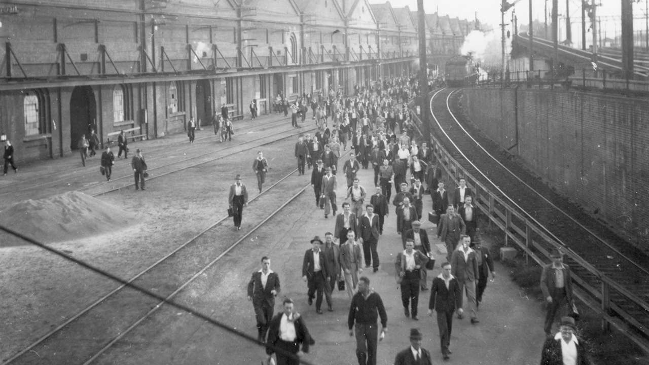 Eveleigh workers swarm towards the gates at knock off time, undated
