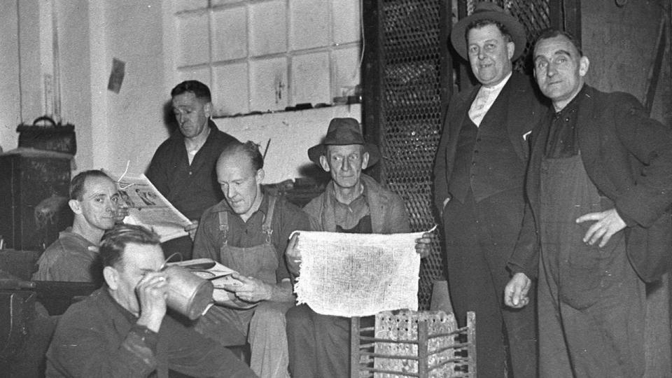Eveleigh Railway workers smoko, Sam Hood photographer, 1938