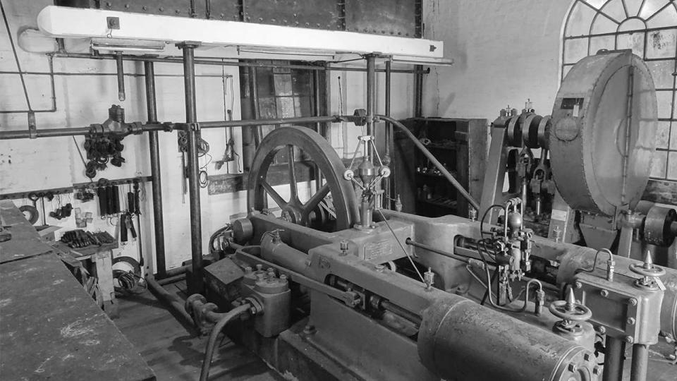 Fielding and Platt Hydraulic Steam Engine and Triplex Pump, with water reservoir above, 2015